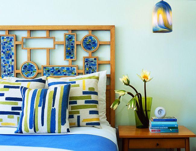 Мозаика с причудливым узором как изголовье кровати – прекрасный свежий акцент в спальне