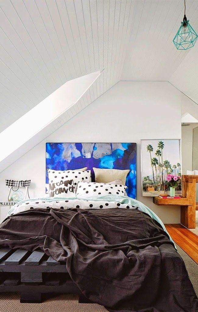 Кусочек абстрактного искусства всегда будет рядом, если вот так расписать изголовье для кровати в спальной комнате