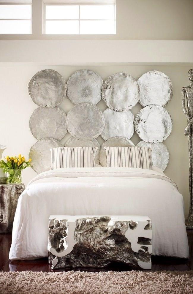 Серебряные диски в качестве изголовья кровати - стильно, изысканно, оригинально
