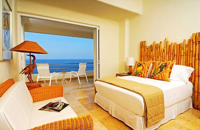 Нотку тропического стиля интерьера, спальне добавит изголовье ручной работы из стеблей бамбука