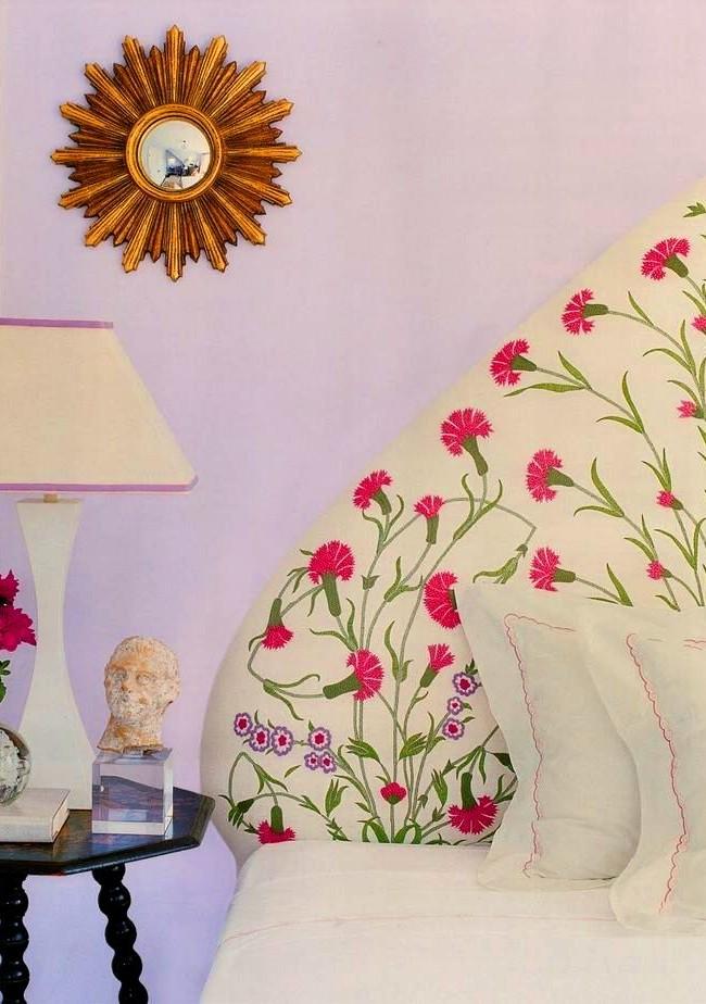 Мягкое текстильное изголовье – наиболее распространённый вариант оформления кровати в спальной комнате