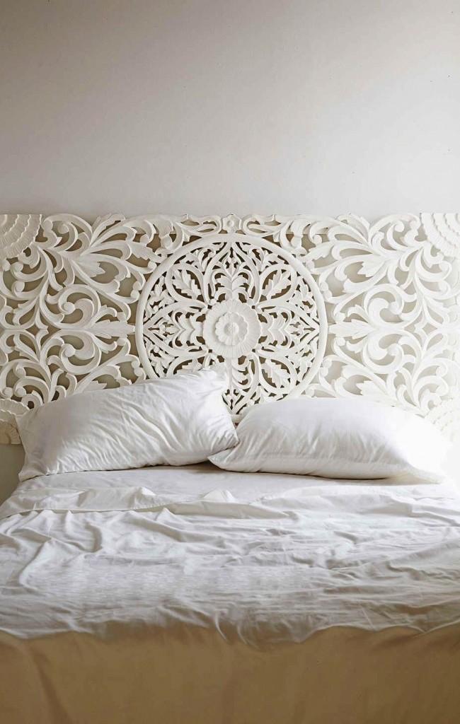 Белое декорированное дерево – изысканный вариант для изголовья кровати