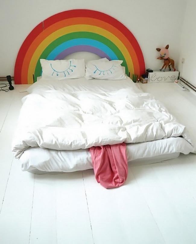 Такой стиль изголовья прекрасно подойдет для тех, кто ценит уют и не боится наполнить свое жилище яркими красками