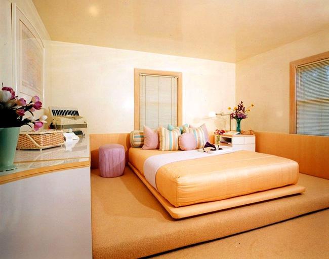 Матрасы тёплых оттенков делают комнату очень уютной и нежной, создают атмосферу спокойствия и поднимают настроение