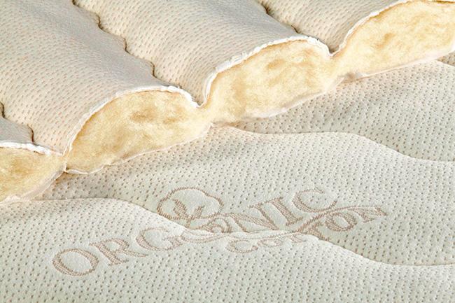 Чтобы постель «дышала», стоит обратить внимание на матрасы из спрессованного хлопка, так как они имеют оптимальную циркуляцию воздуха в материале