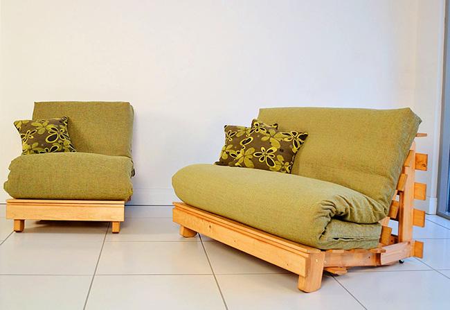 Матрасы, сложенные в несколько слоёв, послужат не только мягким сиденьем, но и идеально впишутся в интерьер тропического стиля