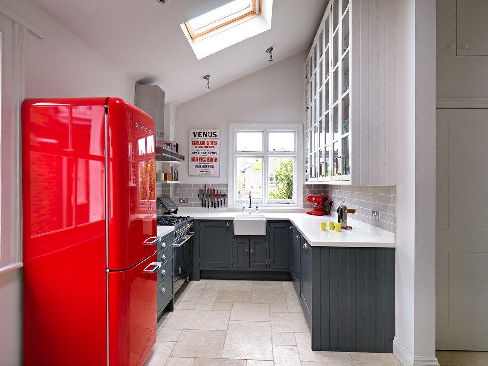 Ярко красный холодильник отличный ретро-акцент в дизайне вашей кухни