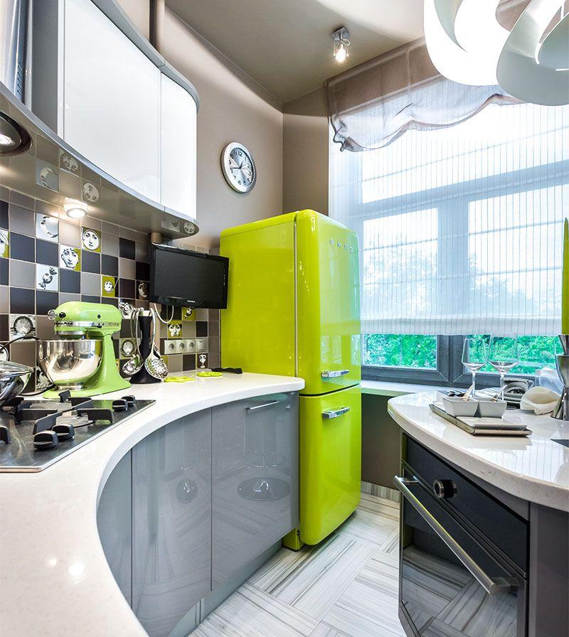 Ярко-зеленый холодильник со скругленными формами отлично вписался в меленькую кухню с бионическими формами