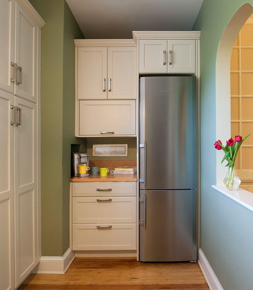 Узкий холодильник экономит место на маленькой кухне