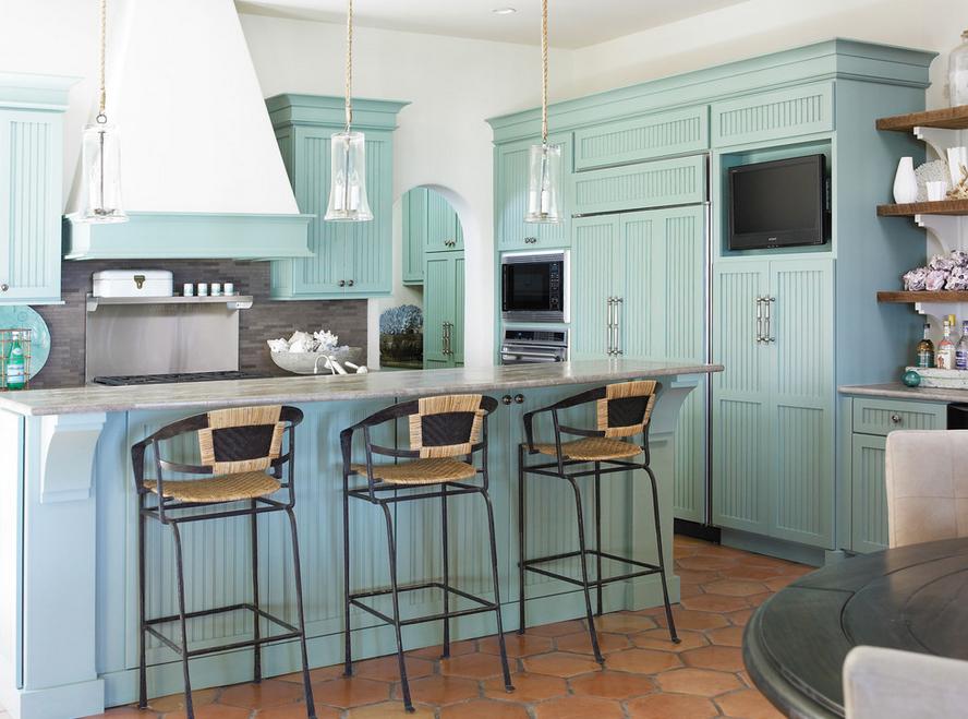 Приятная кухня мятного цвета, за фасадами которой прячется ходильная техника