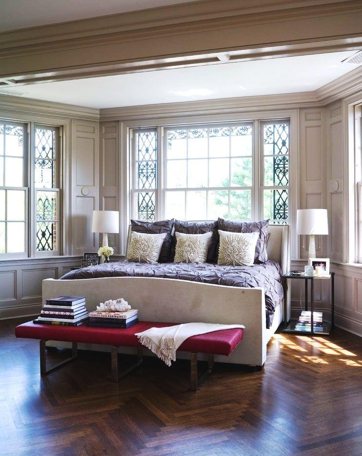 Использование кованой решетки на окне в спальне