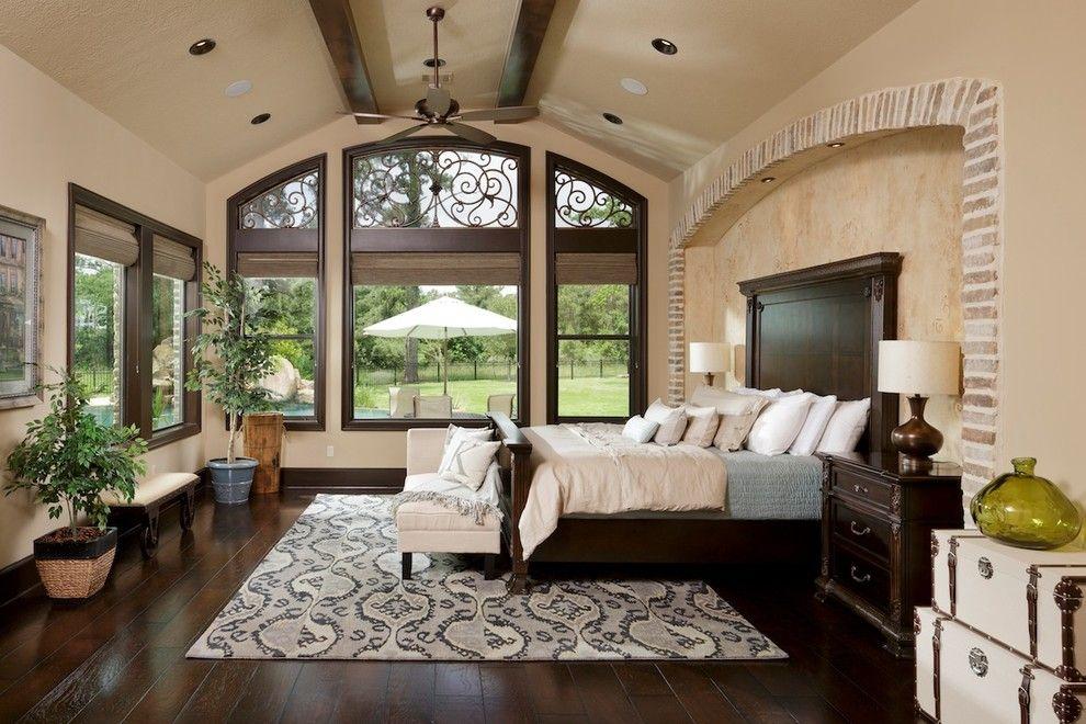 Красивая кованая решетка на верхней части окна