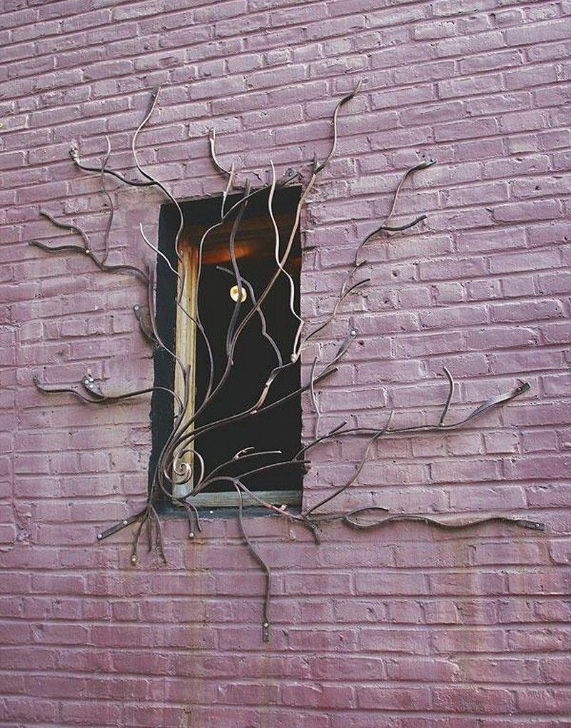 Оригинальный узор кованой решетки в виде вьющегося дерева