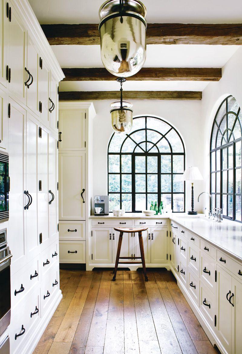 Металлические решетки на окнах в кухне