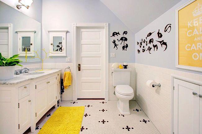В ванной, как и в любой другой комнате, всё дело кроется в деталях. Такая деталь в виде текстурного ярко-жёлтого коврика будет отличным дополнением к интерьеру в светлых тонах