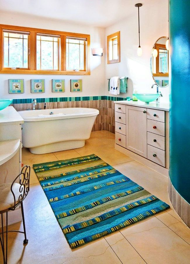 Приятного времяпровождения в ванной комнате добавит морских фантазий вот такой полосатый коврик