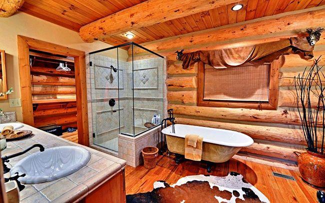 Деревенский стиль ванной комнаты и банный коврик необычной раскраски превратят водные процедуры в увлекательный процесс