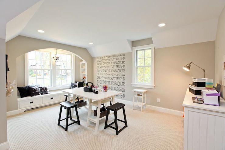 Белое ковровое покрытие в гостиной комнате