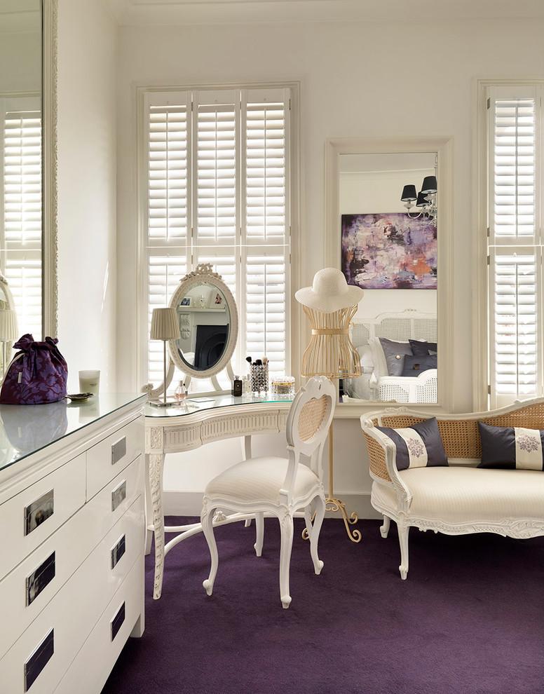 Прекрасное сочетание фиолетового ковролина и светло-бежевой мебели