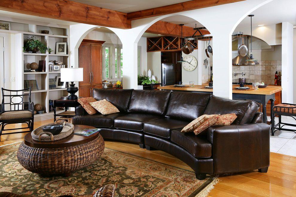 Полукруглый кожаный диван в прованском интерьере