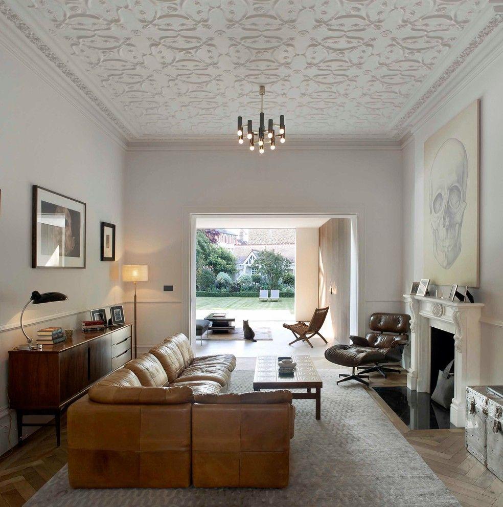 Угловой вместительный диван из кожи в гостиной