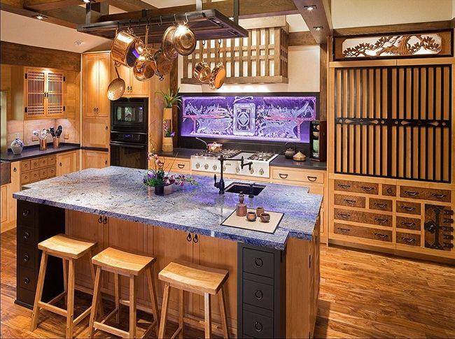 Чтобы разбавить лаконичный и утончённый интерьер кухни в японском стиле, можно воспользоваться цветной подсветкой