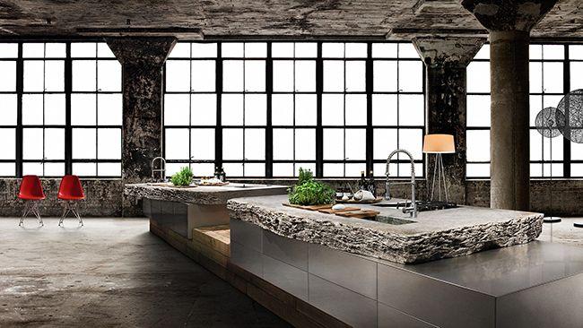Столешница из ракушняка, ящики без ручек из нержавеющей стали и деревянный поддон – эта индустриальная кухня точно сможет выделиться из множества других кухонь