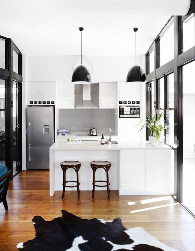 Сочетание белого и черного характерно для кухни в стиле минимализм