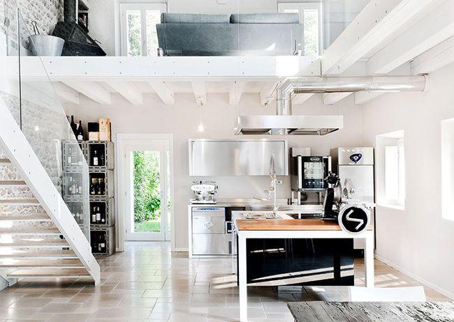 Комбинация белого помещения и гарнитуры цвета металлик – это бесспорно, самый стильный вариант оформления кухонного интерьера