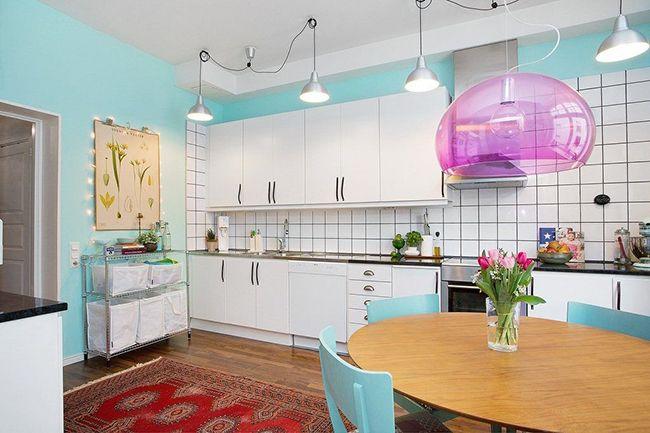Важная особенность кухни в скандинавском стиле – максимальная освещённость интерьера, причём, свет должен быть наиболее естественным