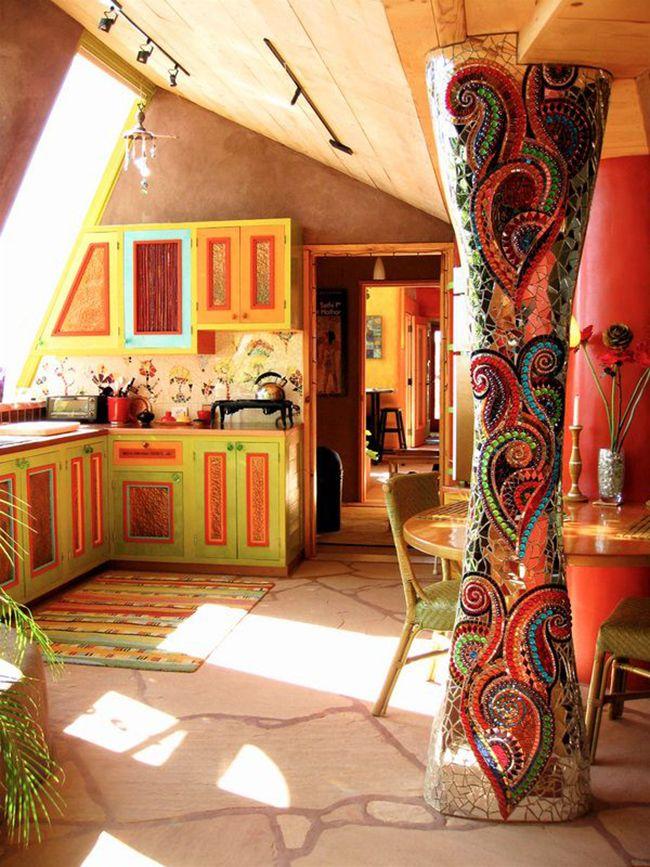 Яркая мозаика на фигурной колонне – достойное украшение для кухни в стиле бохо