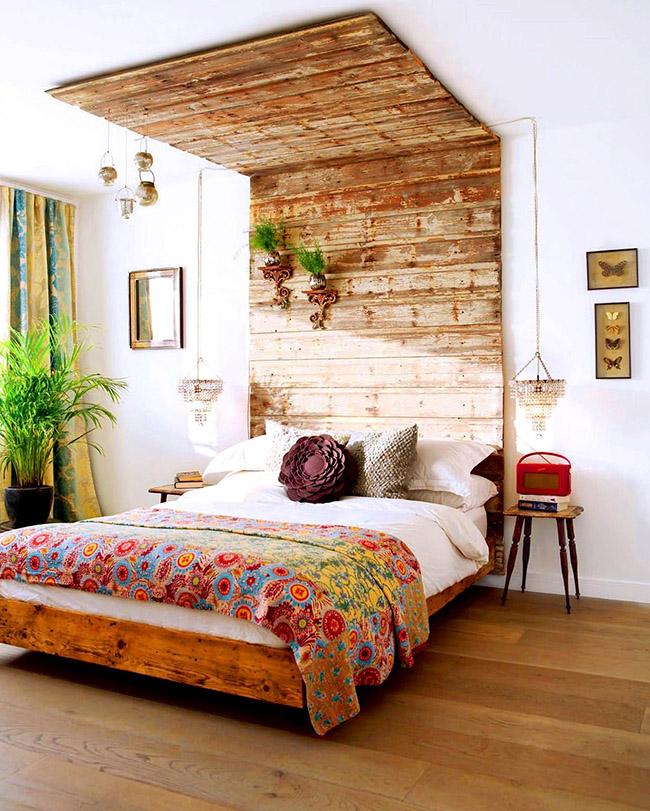 Настоящий природный уголок можно создать даже дома, добавив элементы флоры в дизайн деревянной кровати