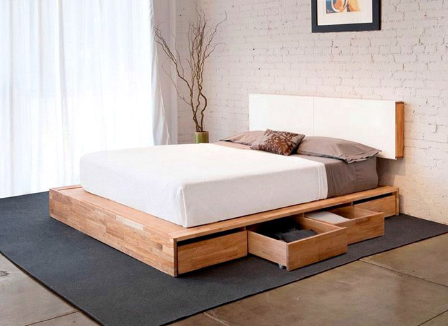 Двуспальная кровать из натурального дерева с выдвижными ящиками – практично, надежно, удобно