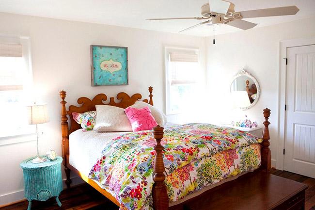 Сочетание нежных красок и древесины, из которой выполнена кровать, создадут в комнате атмосферу свежести и лёгкости