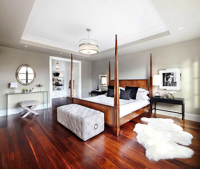 Деревянная кровать с быльцами придаст комнате эффект геометричности и перспективности