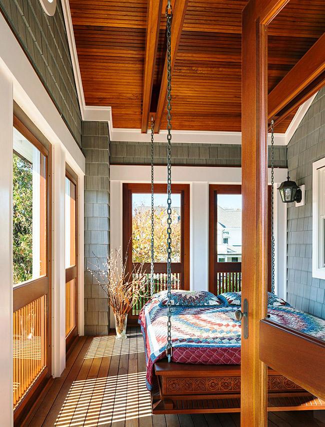 Размещая в лоджии подвесную деревянную кровать можно не только хорошо отдохнуть, но и полюбоваться природой в любую погоду