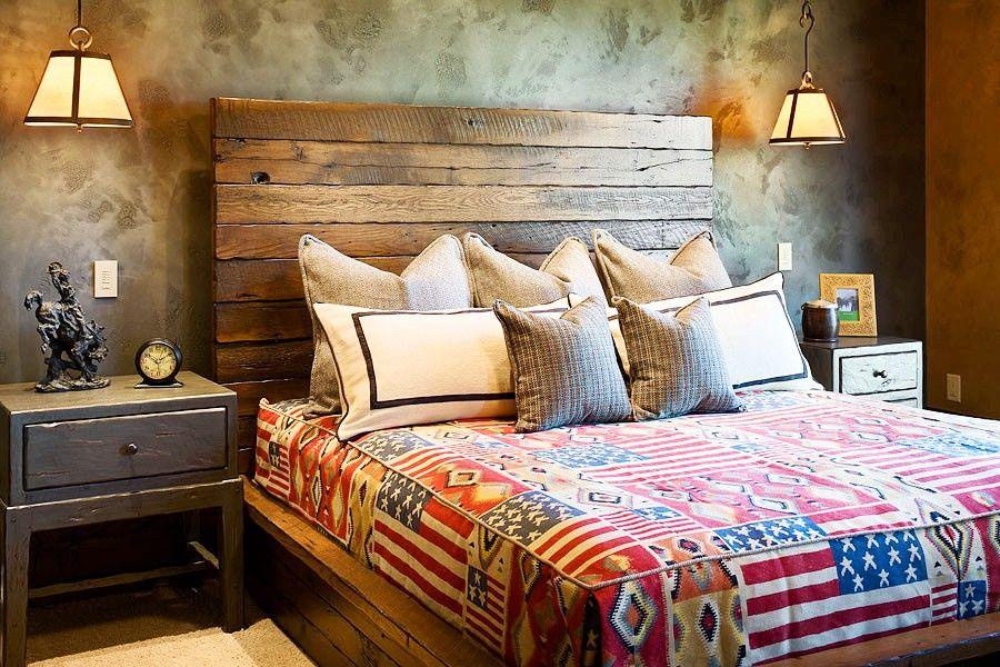 Натуральная текстура дерева на двуспальной кровати, а также её лёгкий древесный запах делают интерьер максимально уютным и экологически чистым