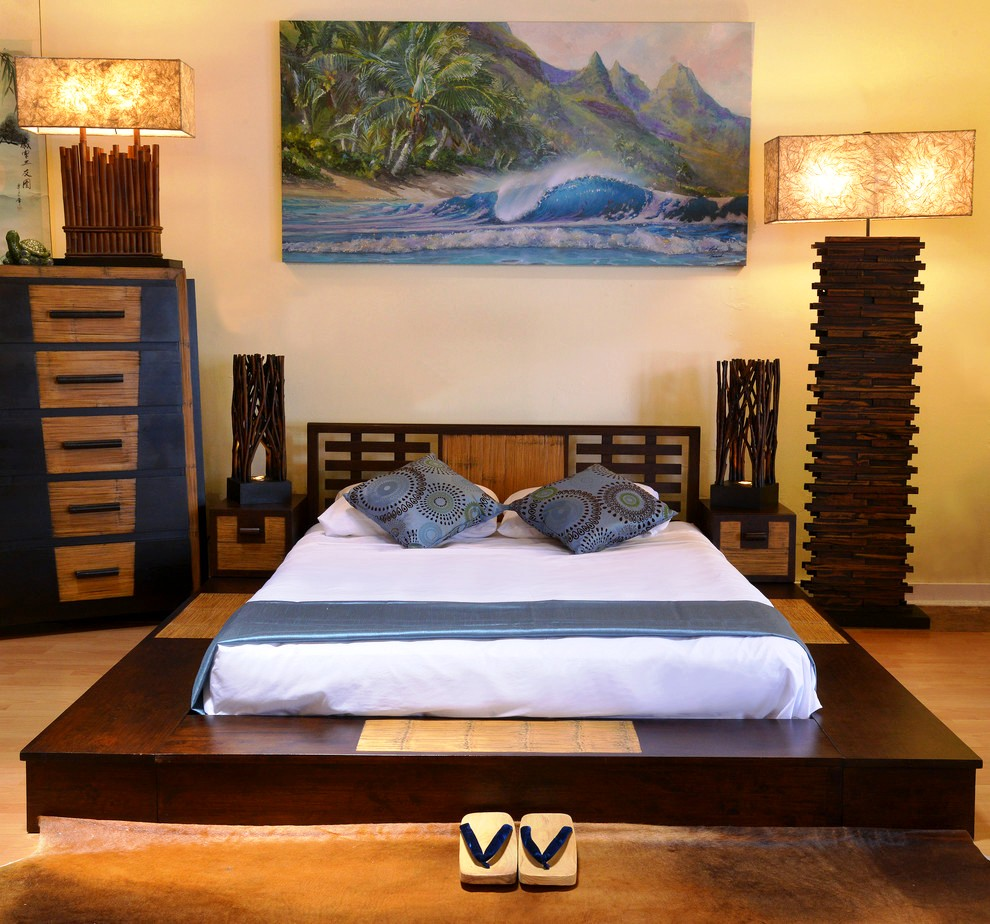 Кровать из дерева, выполненная в восточном стиле, создаст из комнаты маленькую «домашнюю Азию»