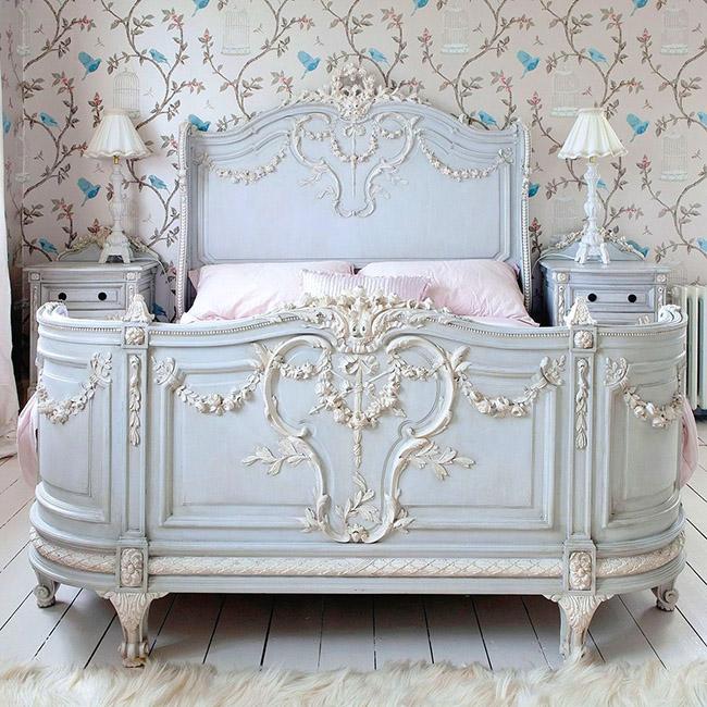 Французскую деревушку прямо в комнате может создать деревянная кровать в прованском стиле