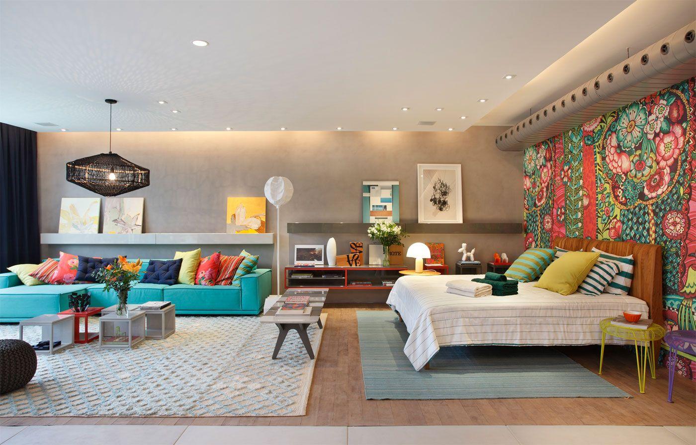 Яркие цветовые акценты в квартире-студии