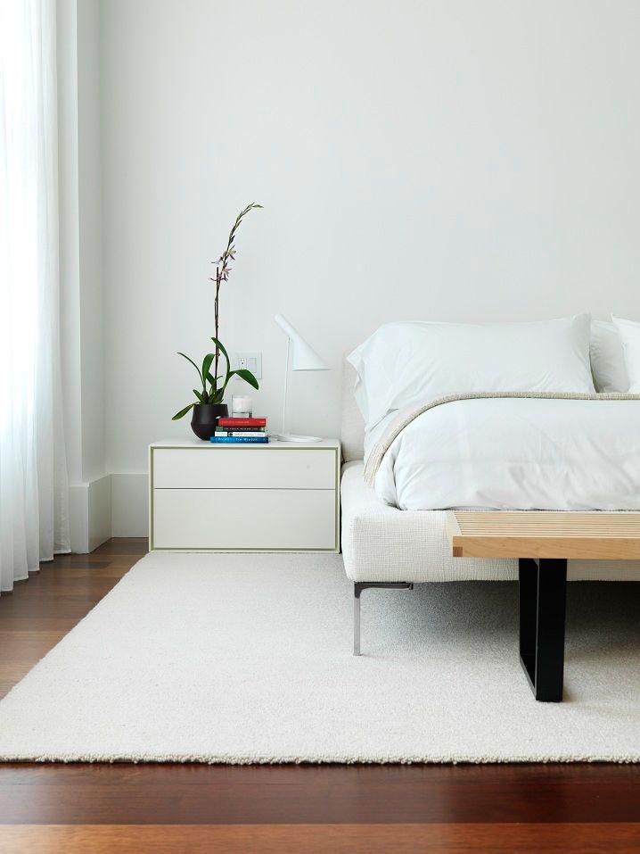 Спальня оформлена в белой однотонной гамме