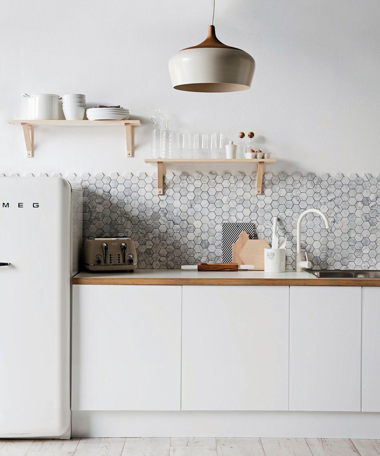 Кухня оформлена в едином светлом дизайне