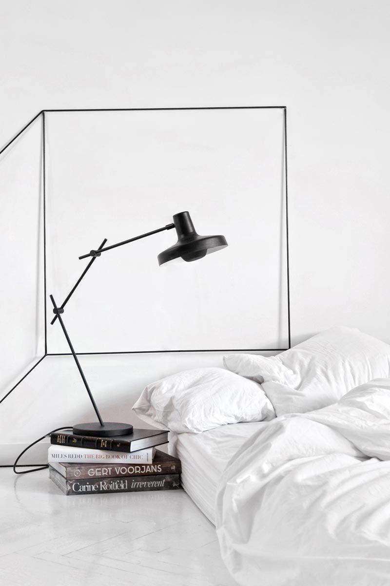 Яркий пример экстра-минимализма - матрац без кровати и книги вместо тумбочки