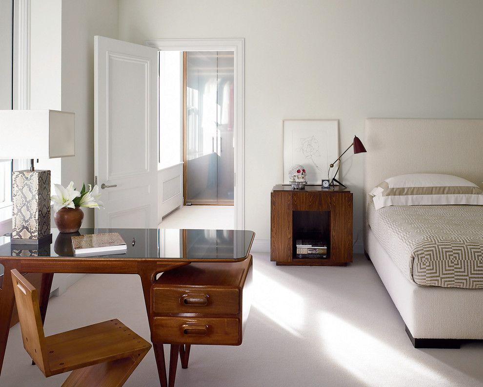 Светлая спальня с контрастной темной мебелью