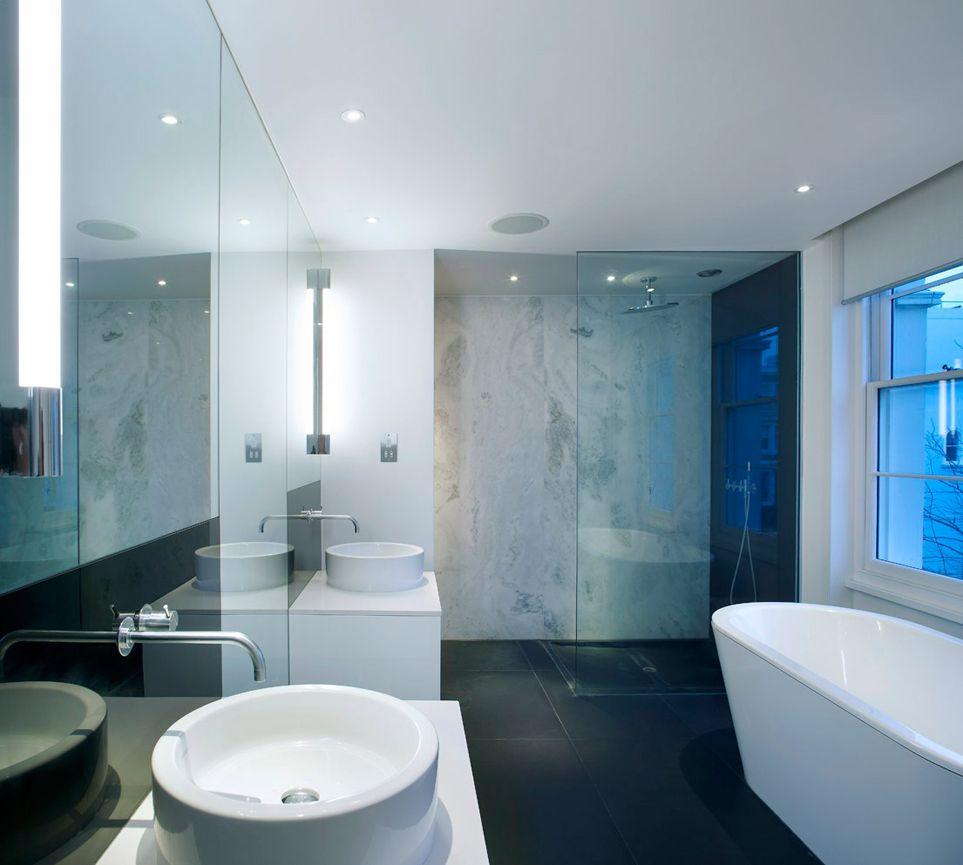 Матовый белый потолок подчеркивает строгость и лаконичность выбранного дизайна2