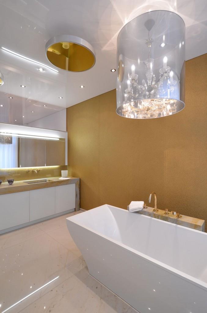 Белый - универсальный цвет для потолка в ванной комнате