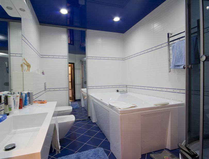Гармонично смотрится, когда полок и пол одного насыщенного цвета, особенно при белых стенах, это визуально расширяет помещение