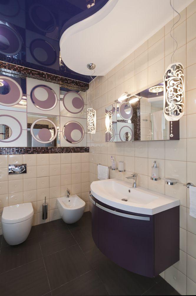 Красивая ванная комната в фиолетовой гамме. Благодаря разнообразия формы и цвета можно создавать уникальные интерьерные решения