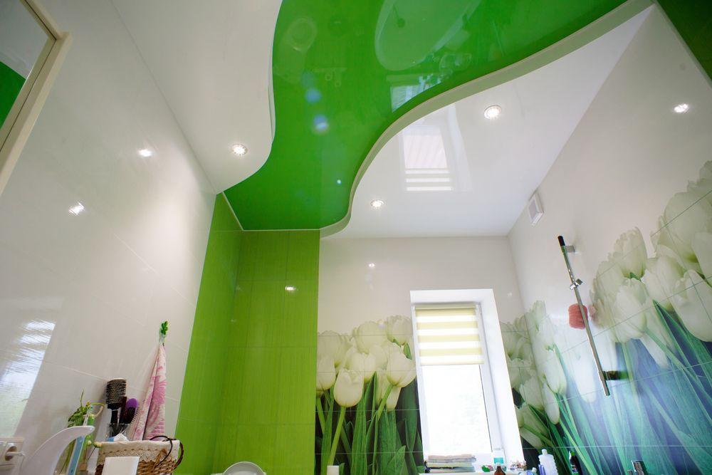 Весенняя ванна комната. Необычное решение, взаимодействие волны натяжного полотна, которая перетекает в плитку такого же цвета на стенах
