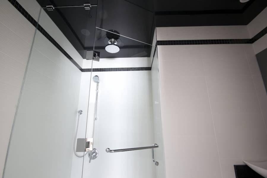 Натяжное полотно не боится влаги, поэтому часто используется в ванных комнатах